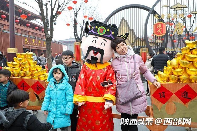 「西安年・最中国」の催しを見に多くの観光客が訪れた