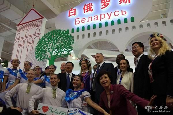 6月30日、中国商務部の主催する中国商品&サービス(ベラルーシ)展が、ベラルーシの首都ミンスクにある中国・ベラルーシ工業パーク「グレートストーン」で開幕した。陝西宝光集団有限公司、陝西重型汽车進出口有限公司等、陝西省の企業21社が出展した。