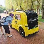 スマート無人移動販売車が曲江池に登場 観光客の注目を集める