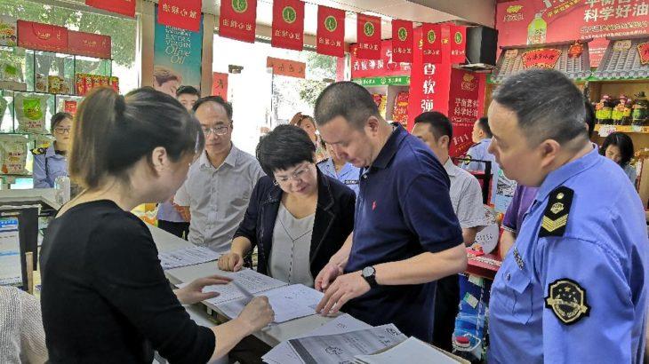 徐紅菊氏とその一行が漢台区の食品安全業務を検査
